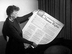Mrs. Eleanor Roosevelt presenta la Dichiarazione (1948)